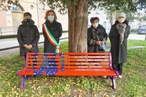 Una panchina rossa in occasione della giornata mondiale dell'eliminazione della violenza contro le donne del 25 novembre